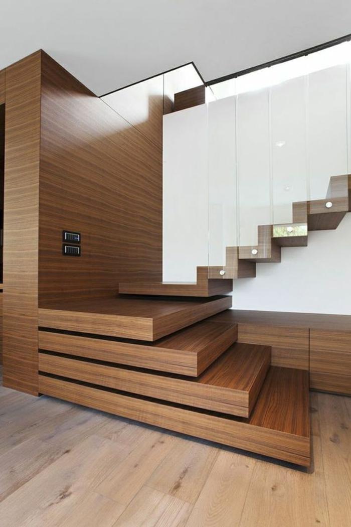 escalier bois surface PVC, avec marches qui donnent l'impression de sortir les unes des autres, parquet beige, les premières quatre marches sont sans garde corps, les suivantes sont avec garde corps en plexiglas blanc transparent