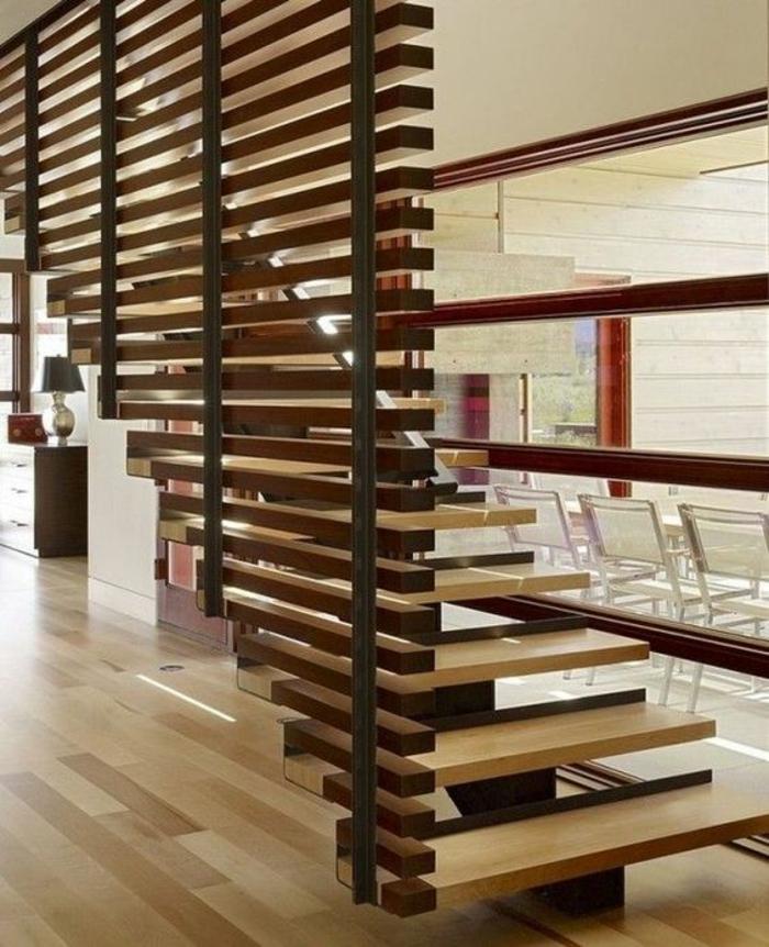escalier moderne avec des marches en bois clair et foncé avec garde corps escalier interieur, effet asymétrique