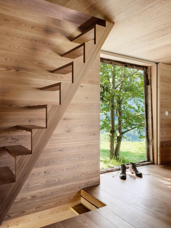 escalier moderne escalier bois fixé latéralement sur le mur, maison de campagne, entièrement réalisée en bois PVC