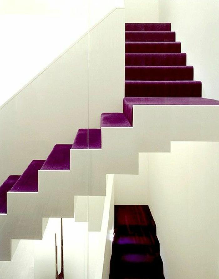 escalier interieur avec les marches en couleur pourpre, recouverts de matière imitant le velours, partie des marches en blanc