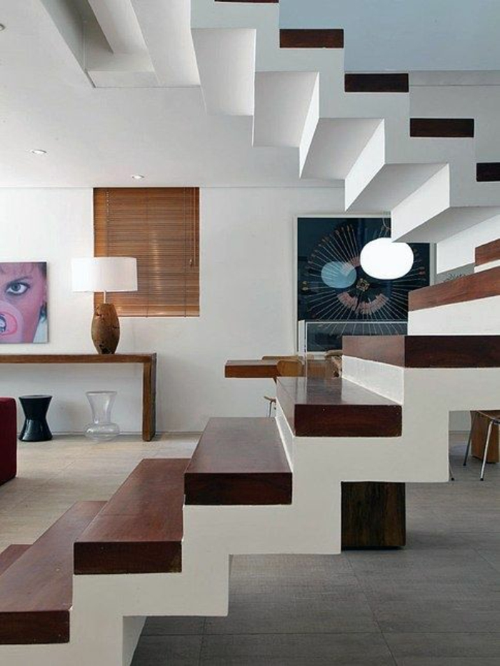 escalier en marron foncé et blanc, avec effet renversé, sans garde corps escalier interieur, dans un appartement en style ethnique, avec des couleurs chaudes