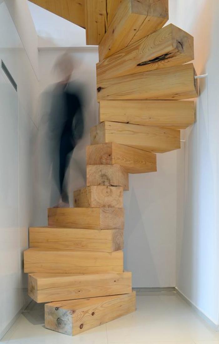 escalier bois clair, marches étroites en bois massif, spirale, bois brut, poutres non polies, murs tout blancs, sol blanc