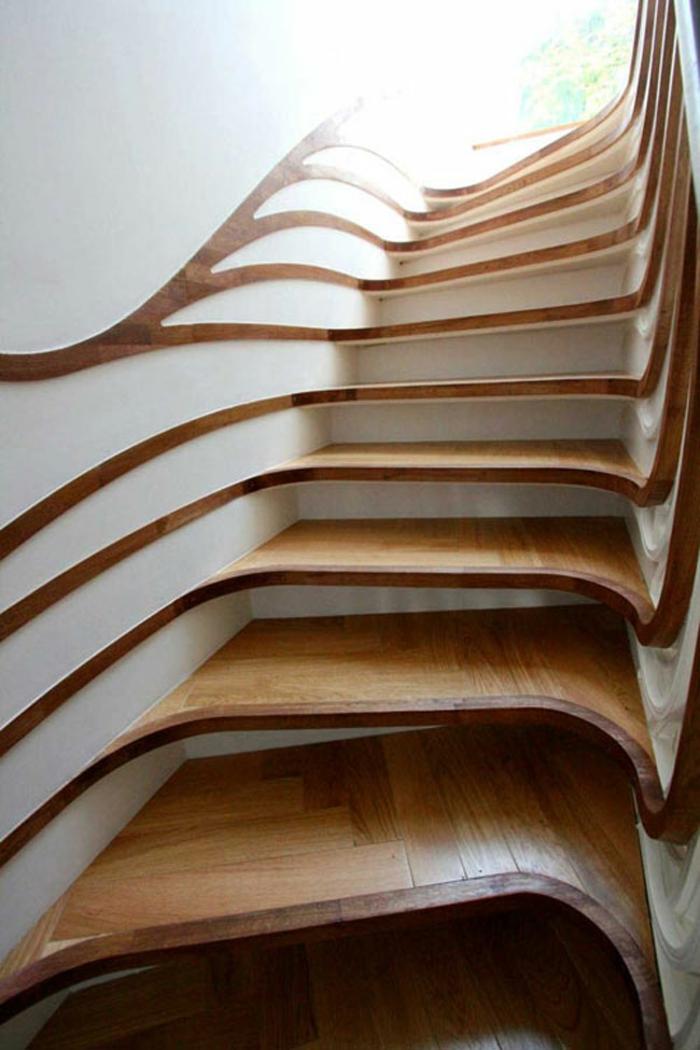 escalier interieur escalier design asymétrique en bois dans un passage étroit entre des murs blancs, avec des prolongements ondulants en bois sur les murs
