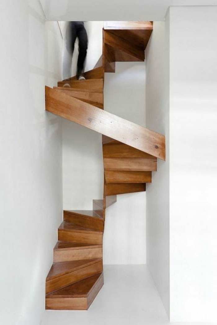 escalier moderne en morceaux de bois en couleur marron foncé, murs entièrement blancs, espace étroit