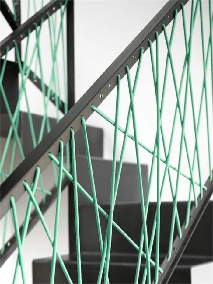 escalier design avec garde corps escalier interieur en métal noir et des élastiques turquoises décoratives, marches en gris anthracite