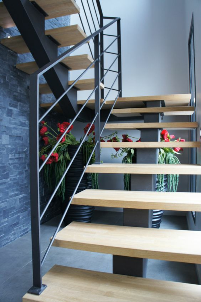 escalier bois, escalier moderne, garde corps escalier interieur en métal noir, flin escalier, escalier limon central, espace décoré avec plante verte fleurie avec des fleurs rouges