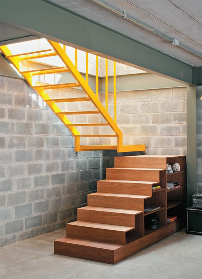 escalier bois PVC, avec partie en métal jaune citron, dans le garage, partie des marches en bois PVC avec des étagères de rangement