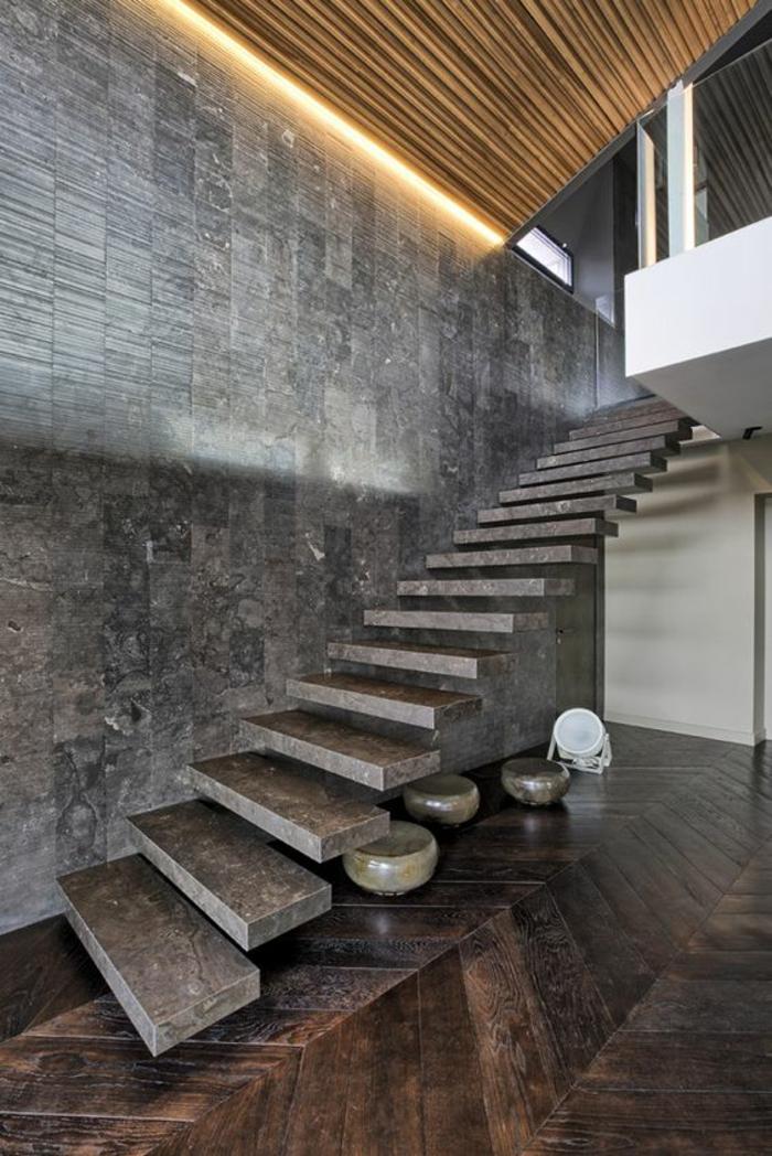 escalier moderne escalier design en pierre polie granit, sans garde corps, marches suspendues, murs en granit, parquet en couleur marron foncé, trois pots décoratifs en pierre verte