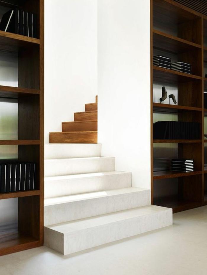 escalier design en blanc et marron, escalier bicolore, 5 marches blanches, 5 marches marrons s'alternent, bibliothèque des deux cotes des marches, avec des étagères en couleur marron, sol avec des carrelages blancs, murs de l'escalier entièrement en blanc