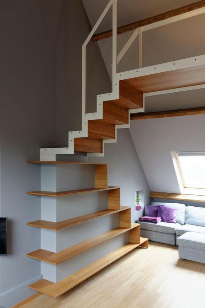 escalier bois, escalier design avec métal blanc, fenêtre mansarde, sol recouvert de parquet PVC en beige, meubles modulables, canapé en bleu pastel