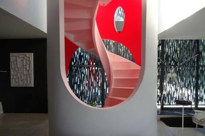 escalier-interieur-escalier-moderne-dans-un-intérieur-arty-avec-des-oeuvres-d-art-aux-murs
