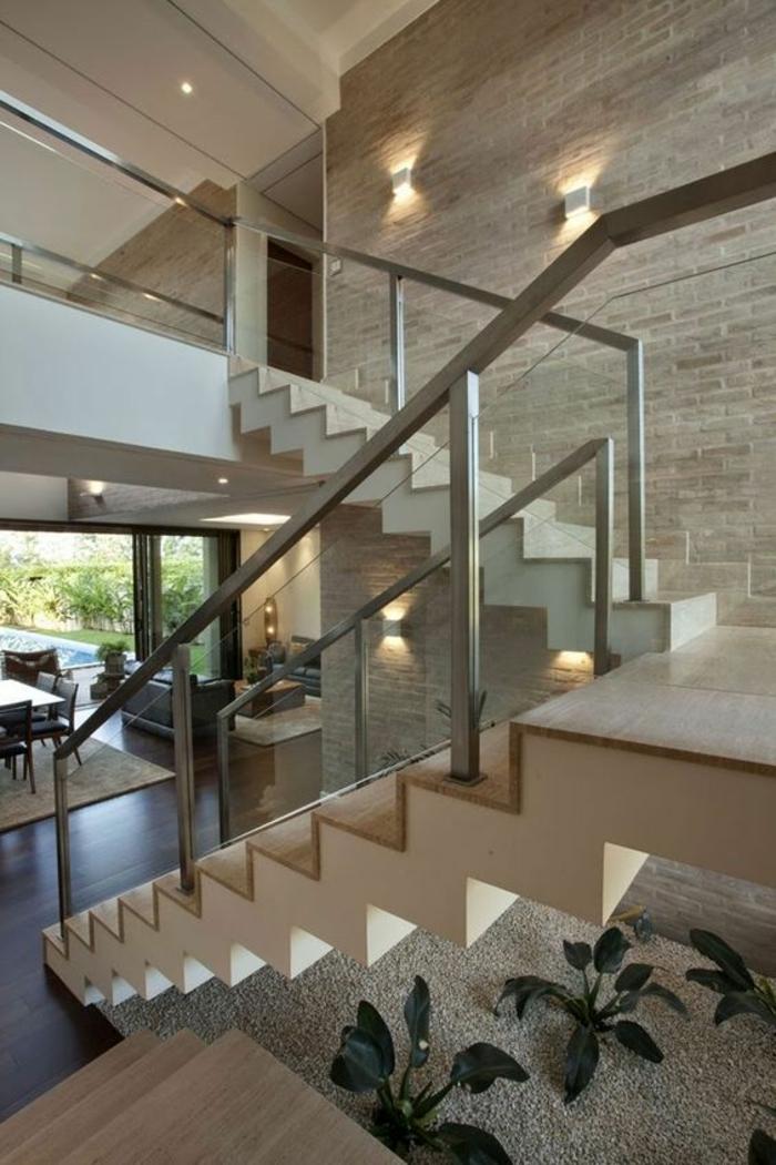 escalier moderne, escalier design avec des marches en couleur beige et blanc crème, murs en style rustique, deux appliques carrées en couleur argent, garde corps escalier interieur en couleur argent