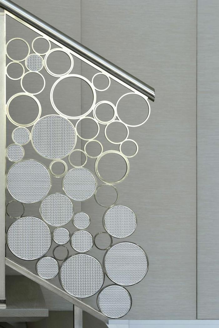 escalier moderne avec garde corps escalier interieur en métal couleur argent en forme de bulles de taille différente, en style élégant et raffiné