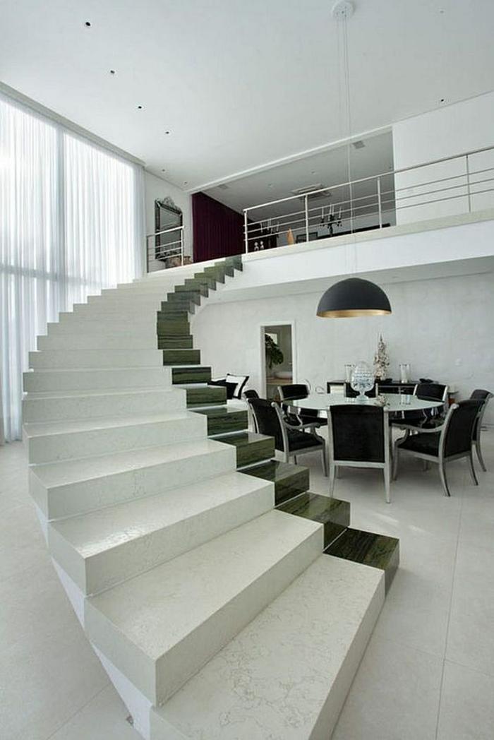 escalier moderne en blanc, avec une bande large de vert émeraude, sur l'un des bords, escaliers sans garde corps, se déployant en spirale, carrelage tout blanc