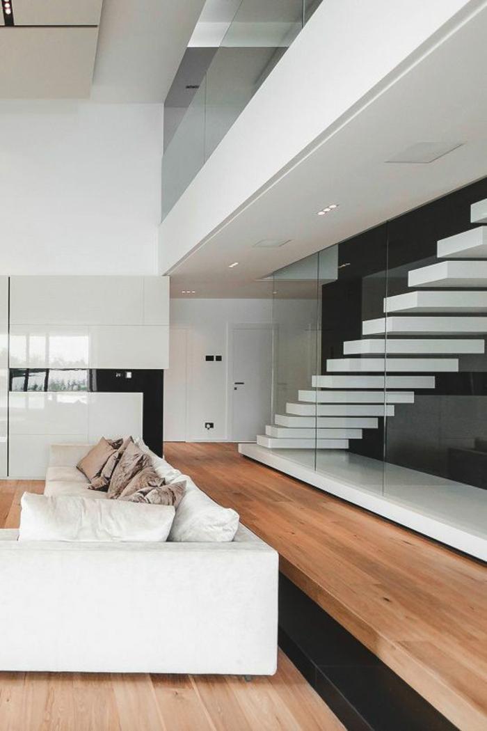 escalier design tout blanc, recouvert entièrement de verre, joli effet d'ascension, canapé modulaire blanc avec des coussins en poudre de rose et des coussins blancs