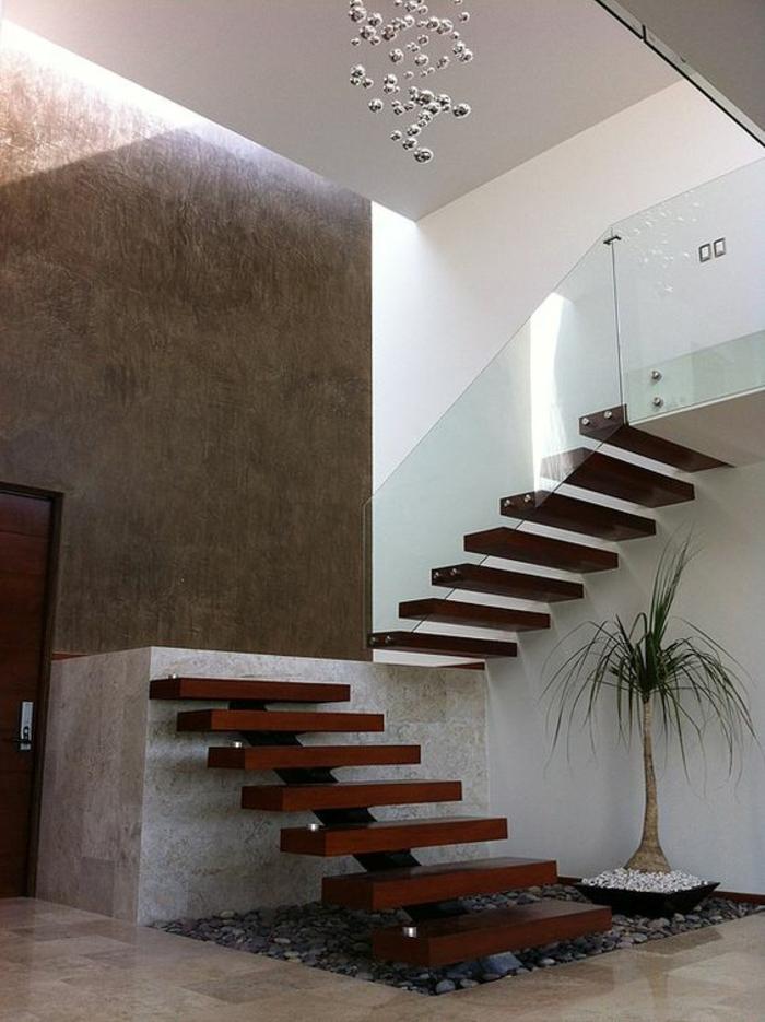 escalier bois en couleur cerise, escalier limon central pour la première étape des marches, marches sans limon, mais avec garde corps en plexiglass transparent, plafond avec luminaire en forme de boules, carrelage beige