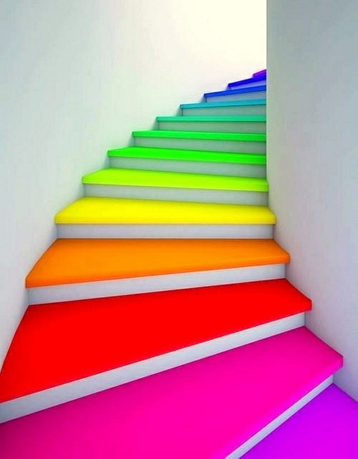 escalier interieur avec des marches en couleurs flashy, en forme de coquillage spirale, murs entièrement blancs, maison moderne ou établissement