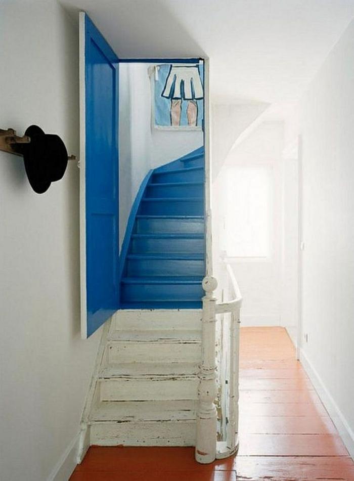 escalier interieur en blanc et bleu en style vintage, style marin, dans une maison en style ancien, avec perspective tableau qui représente une fille en jupe blanche