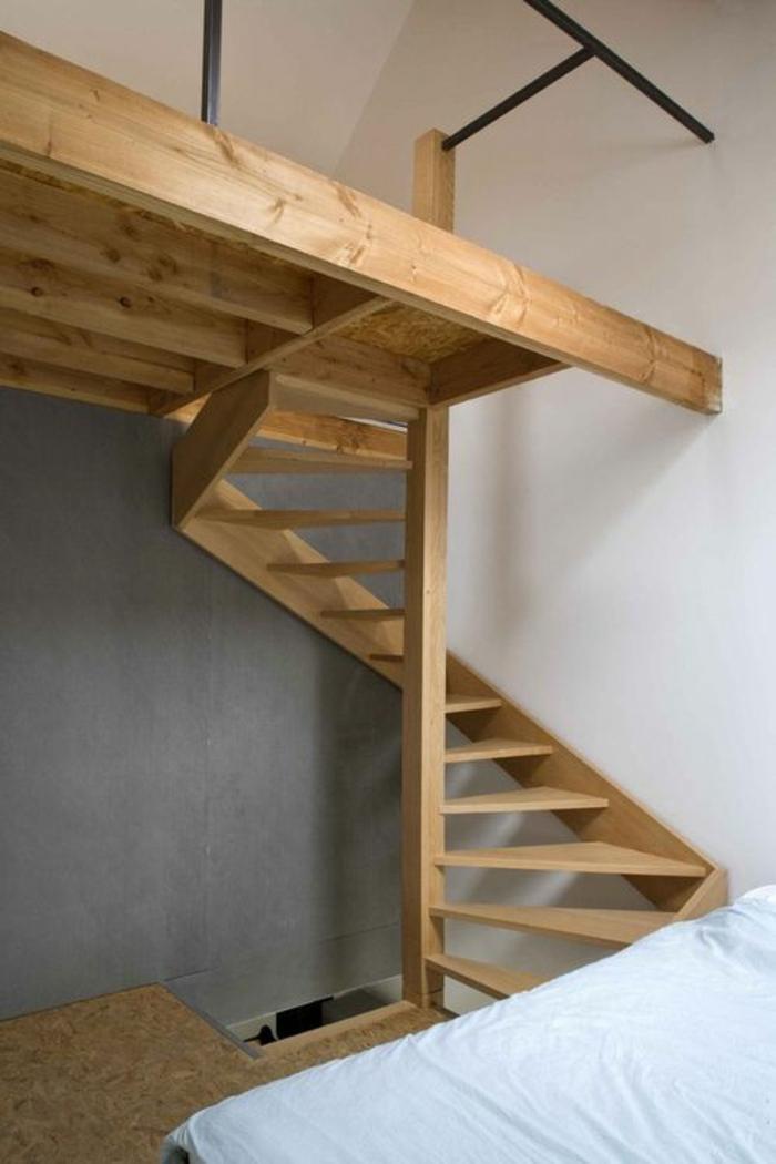 escalier design en bois clair, avec des marches fines et larges qui se déploient en forme angulaire, maisonnette avec les murs en blanc et gris