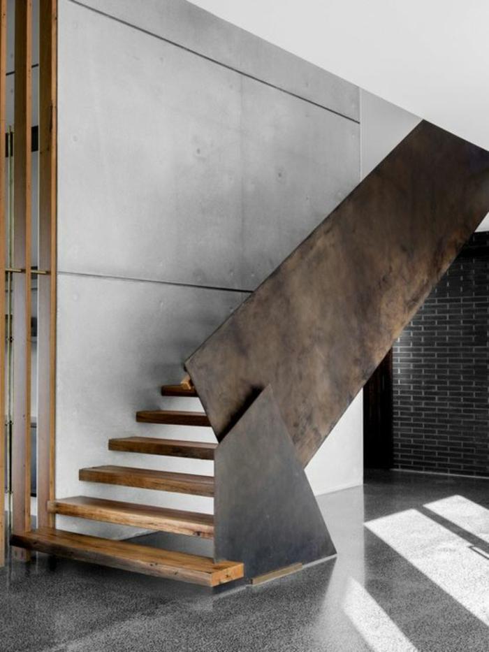 garde corps escalier interieur en grandes feuilles de métal asymétriques, marches en bois clair, beige, sol lucide et brillant, intérieur de style industriel, mur en granit blanc