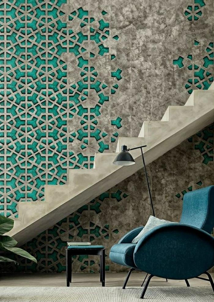 escalier design avec des marches en pierre blanche, murs en vert turquoise, avec des motifs floraux, rosettes, finition du mur de l'escalier partiellement vieilli