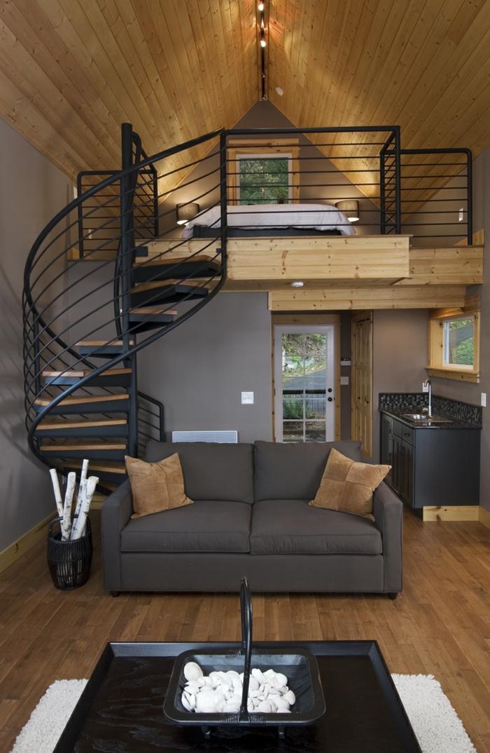 escalier hélicoidal, chambre attique, sofa gris, cuisine et salle de séjour pratique