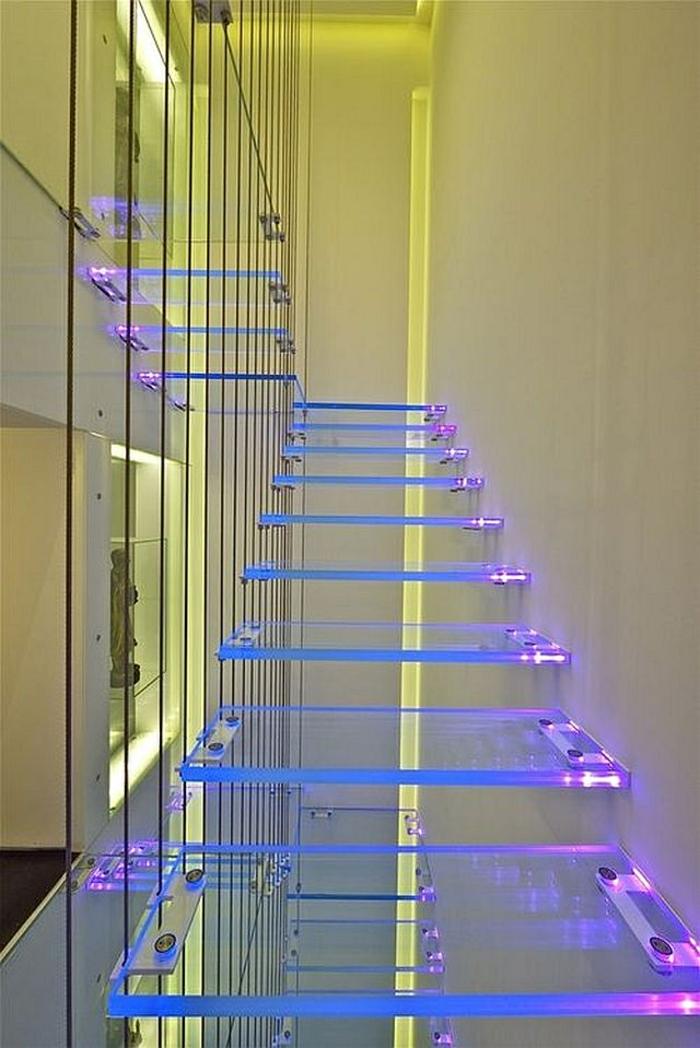 escalier moderne escalier interieur avec des marches en couleurs fluorescentes, marches en verre trempé fixées des deux cotés par des éléments en métal