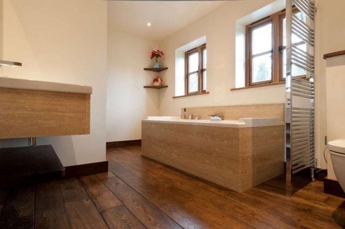 parquet stratifié salle de bain, revêtement baignoire rectangulaire en bois clair, petite fenêtre en bois clair