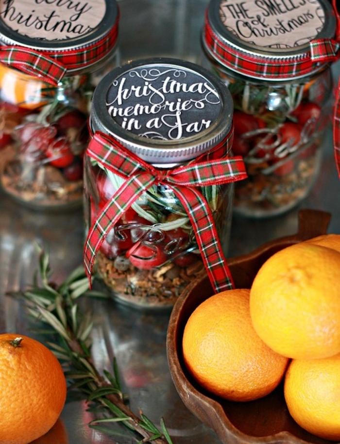 cadeau femme noel, les aromes de noel dans un pot en verre, houx, ingrédients de noel, gingembre, cannelle, vanille