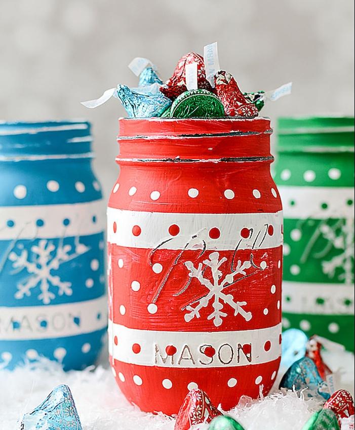 idée cadeau noel maman, diy cadeau noel, pot en verre repeint en rouge et blanc avec des bonbons à l intérieur