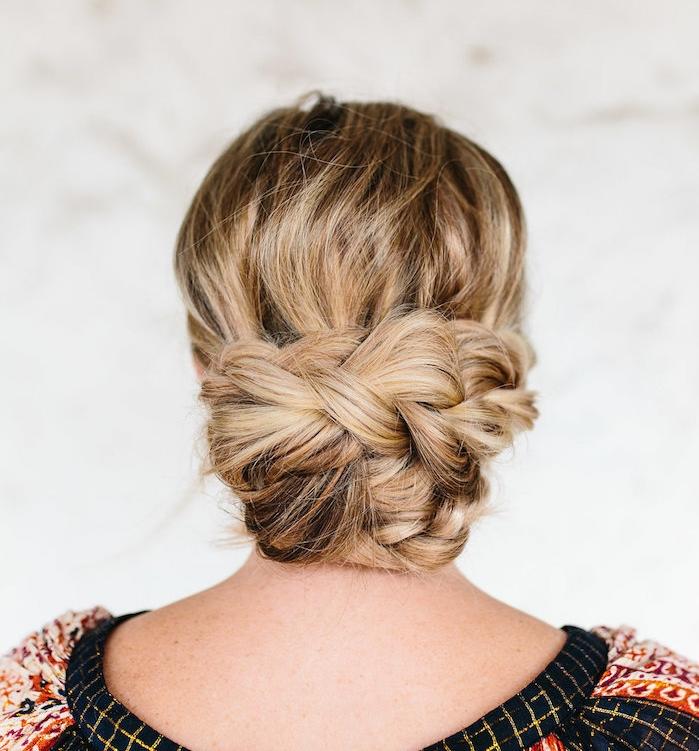 exemple de coiffure pour noel, chignon bas constitué de trois tresses, exemple de coiffure décoiffée élégante