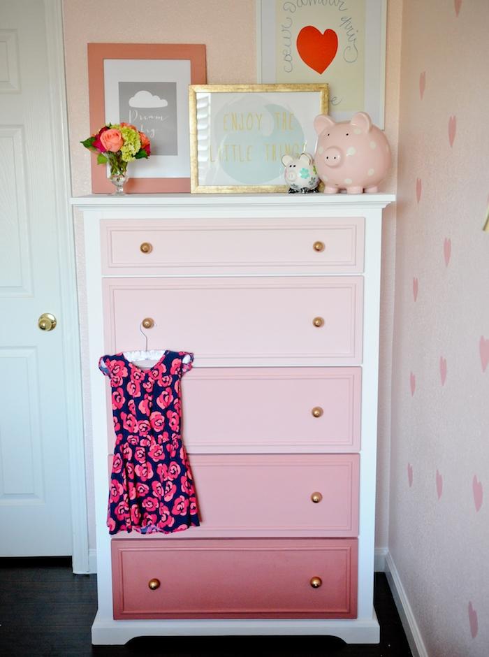 peindre un meuble à effet ombré, différentes nuances de rose sur une commode dans une chambre enfant fille