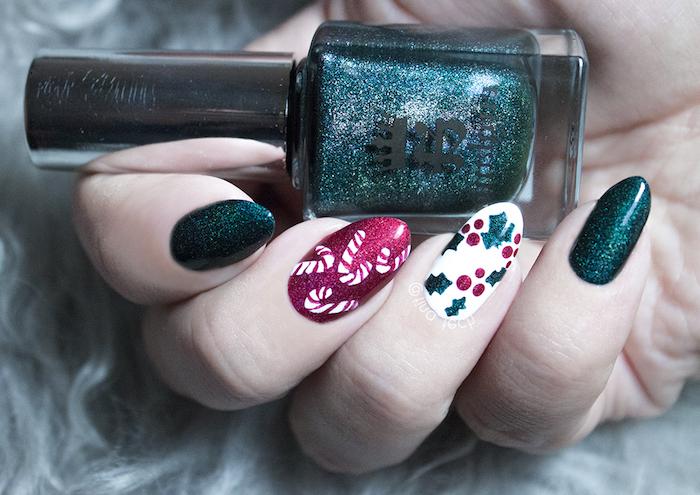 exemple de nail art noel simple, vernis à ongles vert foncé, rouge et blanc et motif houx et cannes de sucre