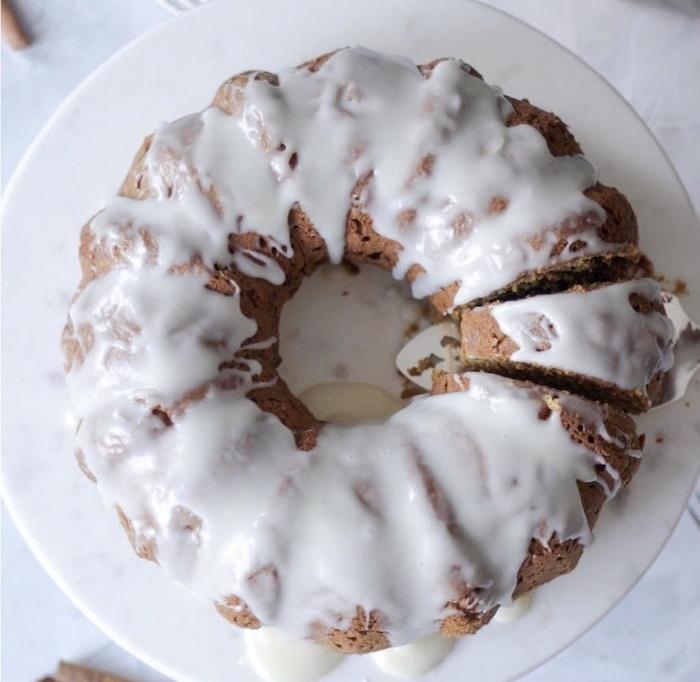 comment faire un glacage blanc versé sur un gâteau au cacao, idée originale pour décorer un dessert