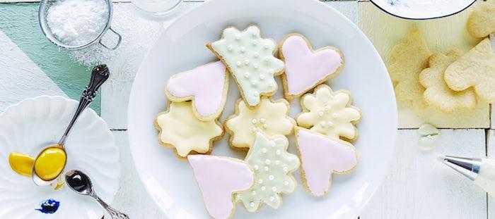 recetet de glacage sucre glace pour biscuits en forme de coeur, nuage, fleur et étoile, nappage couleur rose, vert et jaune