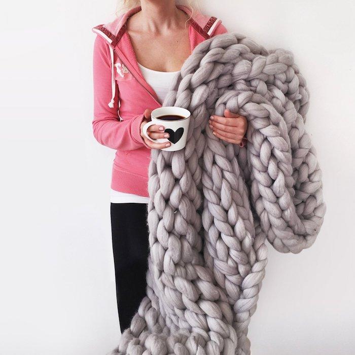 idee cadeau noel ado, plaid à grosses mailles en gris, tasse à café, accessoire pour une ambiance hygge et pour rester au chaud