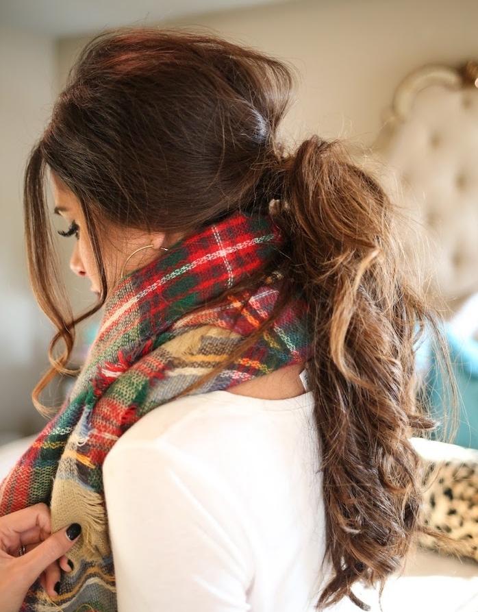 modele de queue de cheval ondulée effet décoiffé avec des mèches encadrant le front, coiffure ado fille pour noel, hiver