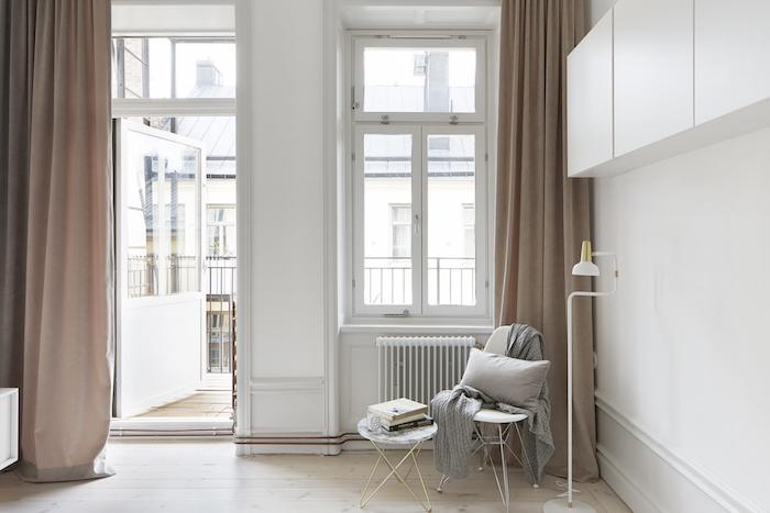 idee amenagement chambre avec rideaux couleur taupe clair, murs et placards blancs, parquet en bois clair, chaise et table blanche, coussin et plaid gris