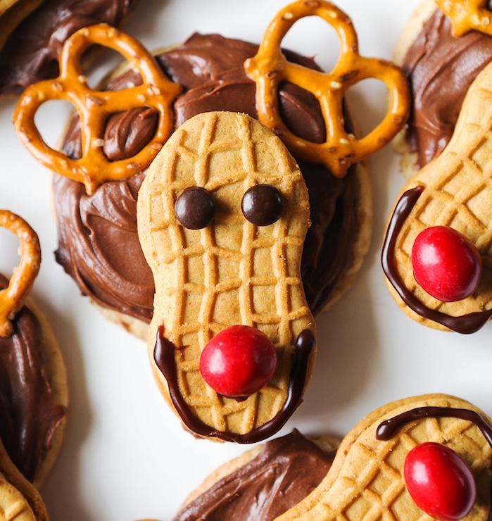 exemple de sables de noel, motif rudolphe, sablés avec chocolat, bois de cerf en brezel, des yeux et nez rouge en bonbons