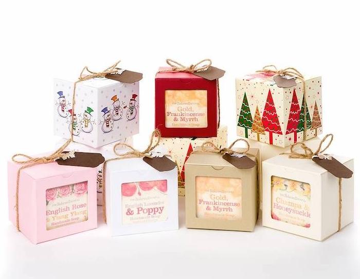 cadeau de noel pur ado de 12 ans fille, des savons à parfum différent dans des boites en carton, décorées de ficelle et motifs de noel
