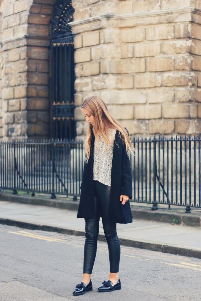 Tenue simple pantalon cuir manteau noir chaussures vintages idée tenue
