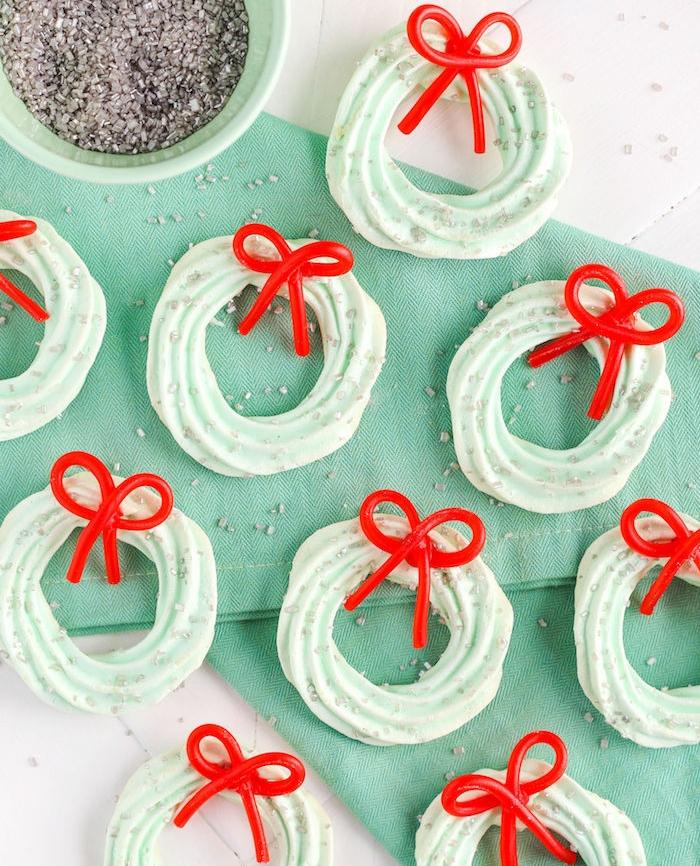recette sablé de noel facile, couronne de meringue avec menthe et ruban rouge pour décoration