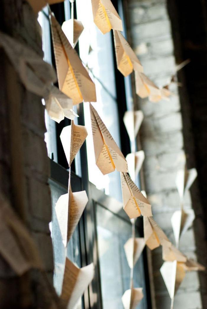 idée déco de fête originale en avions en papier, guirlande en avions origami au design vintage