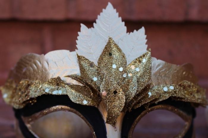 masque venitie, projet diy pour fabriquer un masque en noir et or, modèle de déguisement pour visage femme diy
