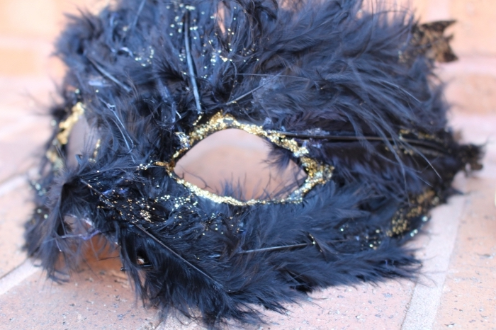 masque bal masqué femme, idée pour réaliser un masque de déguisement diy avec plumes noires et glitter doré