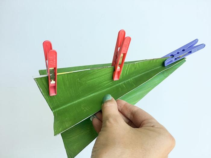 fabriquer un sapin de noel en carton, faire coller les pièces avec des pinces