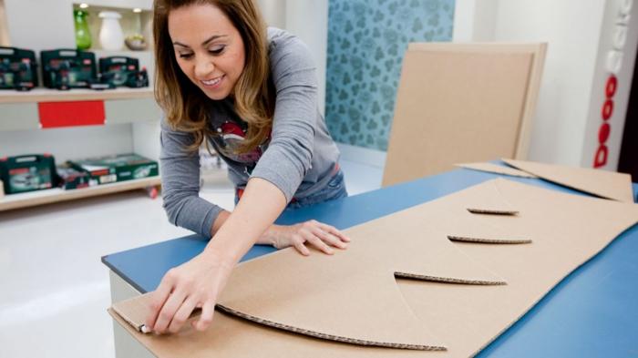 fabriquer un sapin de noel en carton, grand sapin fait main avec carton