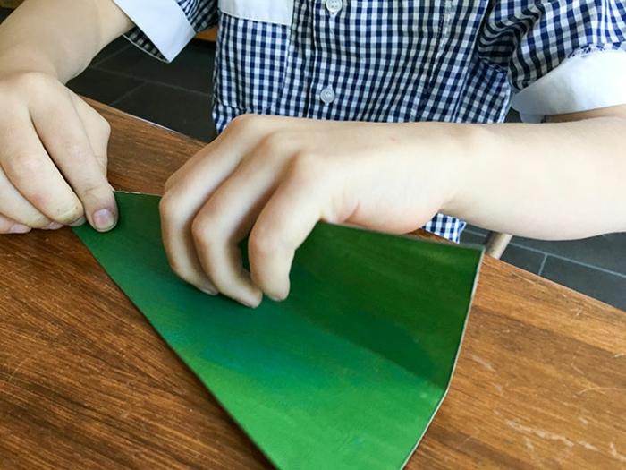 fabriquer un sapin de noel en carton, plier en deux les triangles découpés