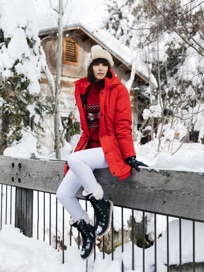 trouver son style vestimentaire, s'habiller en blanc et rouge, manteau mi-long rouge pour femme avec pull rouge