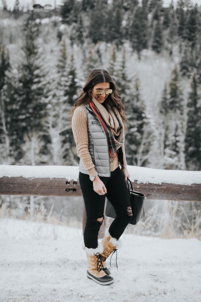 comment s habiller, maîtriser le layering en hiver avec pantalon noir blouse et écharpe beige combinés avec gilet gris